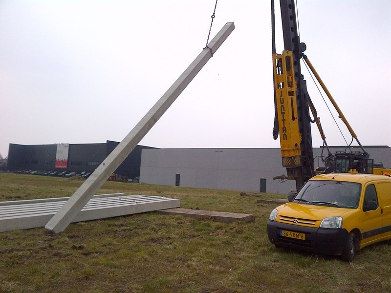 De eerste paal bij de nieuwbouw van Rokatec